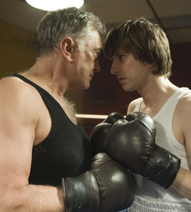 Wahre Fighter: Inspector George Gently (Martin Shaw, l.) und Detective Sergeant John Bacchus (Lee Ingleby, r.) im Boxring ... - Bildquelle: ALL3MEDIA & Company Pictures