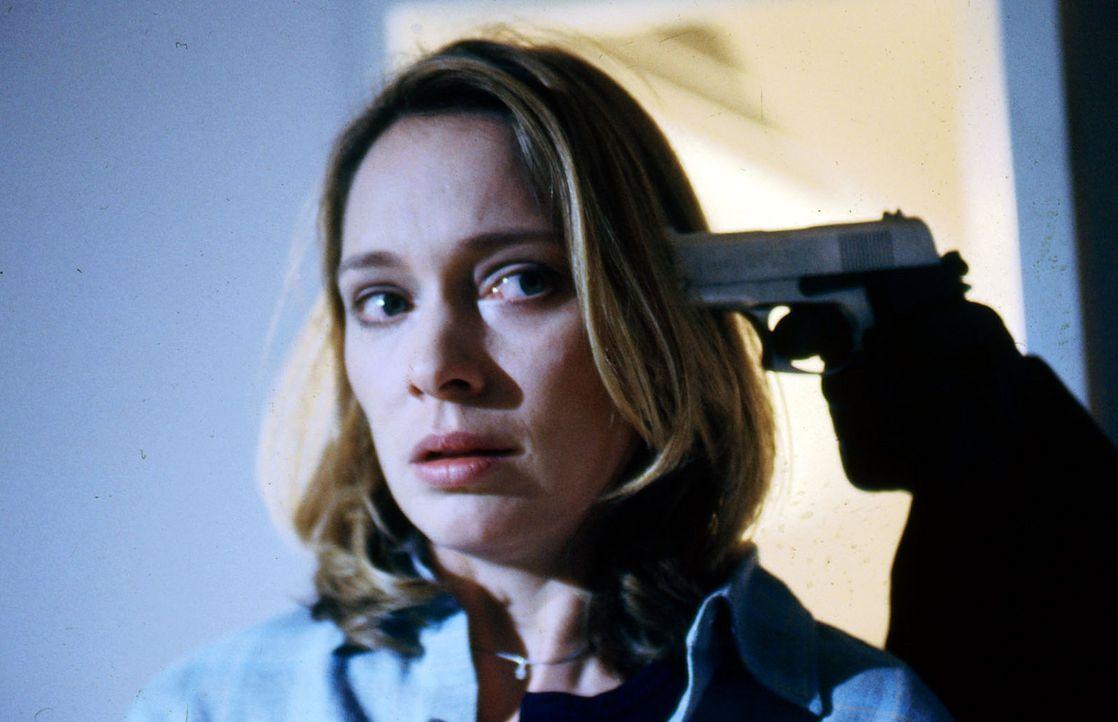 Hat sich Daniela (Katja Weitzenböck) zu sehr in Amors Welt verstrickt? Nun bedroht er auch ihr Leben ... - Bildquelle: Erika Hauri SAT.1