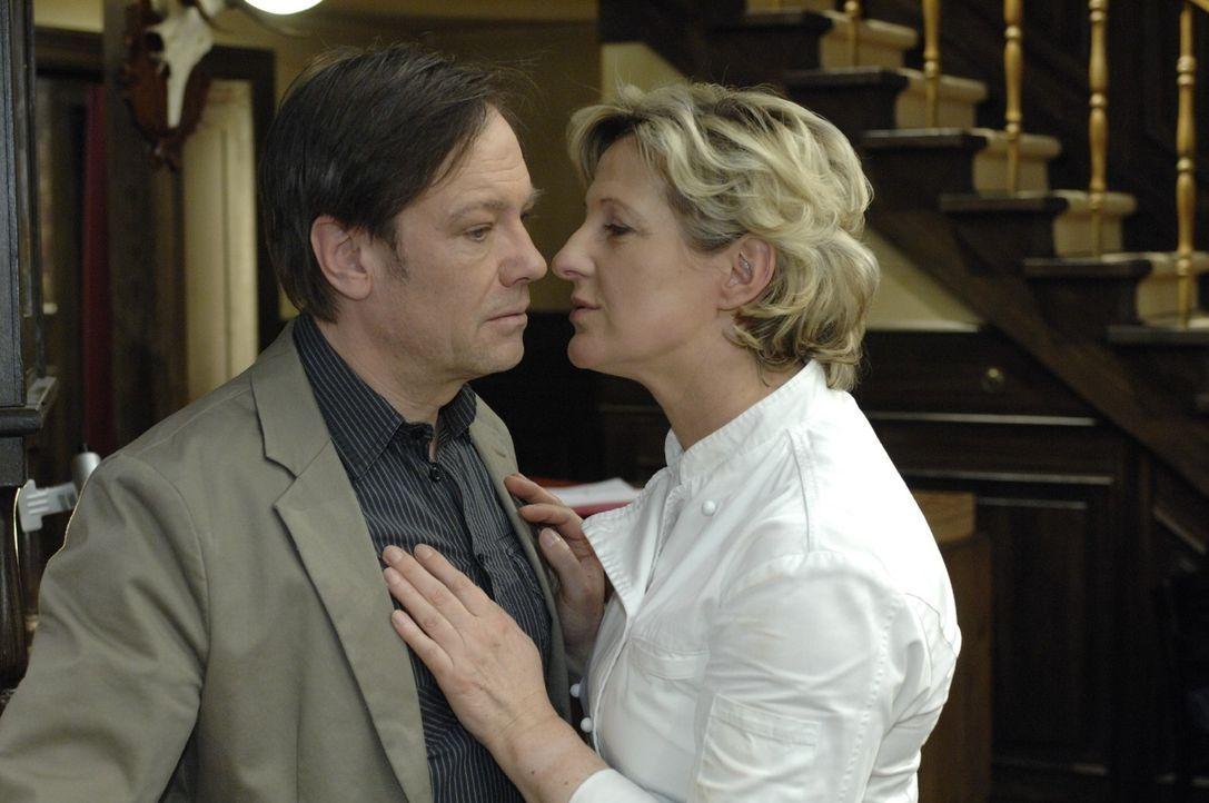 Susanne (Heike Jonca, r.) ist glücklich, als Armin (Rainer Will, l.) ihr gesteht, dass er sie niemals mit einer anderen Frau betrügen würde. - Bildquelle: Oliver Ziebe Sat.1