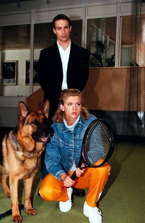 Karin Klein (Eva Habermann, vorne) ist für Kommissar Brandtner (Gedeon Burkhard, hinten) auch eine Verdächtige. - Bildquelle: Ali Schafler Sat.1
