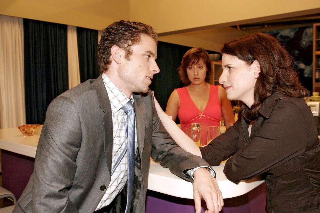 Yvonne (Bärbel Schleker, M.) versucht Max (Alexander Sternberg, l.) seit Tagen zu sprechen, doch er hat scheinbar mit seiner neuen Assistentin Inka... - Bildquelle: Noreen Flynn Sat.1