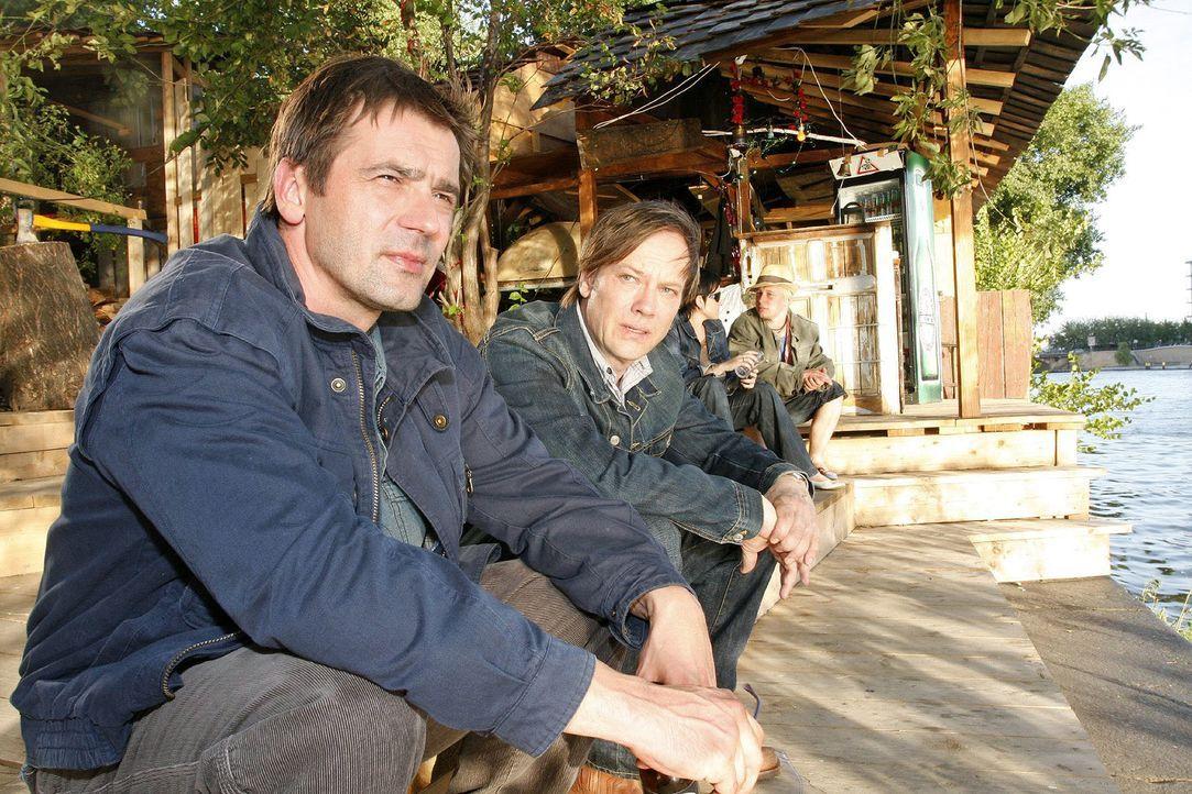 Susanne und Anna ahnen nicht, dass Armin (Rainer Will, r.) andere Ziele verfolgt, als er den Detektiv Jaecki Schulz (Uli Drewes, l.) beauftragt. - Bildquelle: Oliver Ziebe Sat.1
