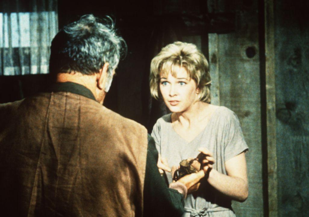 Sam Croft (Kenneth MacKenna, l.) empfindet es als Fluch, dass seine Tochter Annie (Stella Stevens, r.) taubstumm ist. - Bildquelle: Paramount Pictures