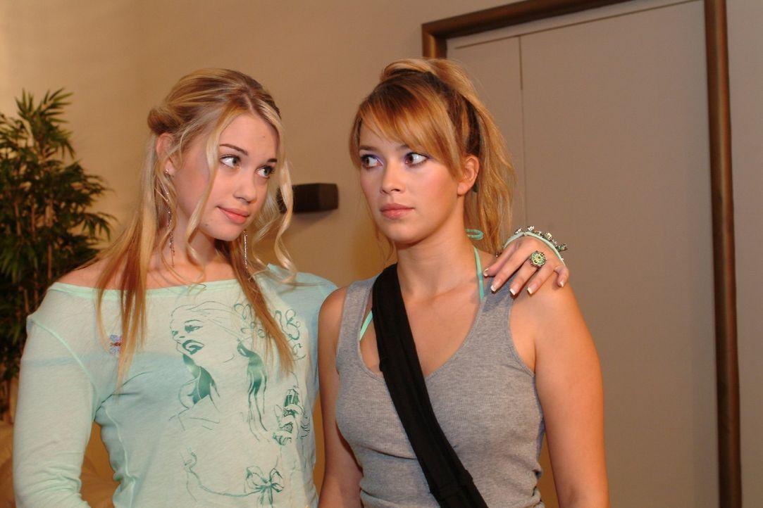Kim (Lara-Isabelle Rentinck, l.) fragt Hannah (Laura Osswald, r.), ob sie nicht Lust habe, mit ihr und Timo etwas zu unternehmen. - Bildquelle: Monika Schürle Sat.1