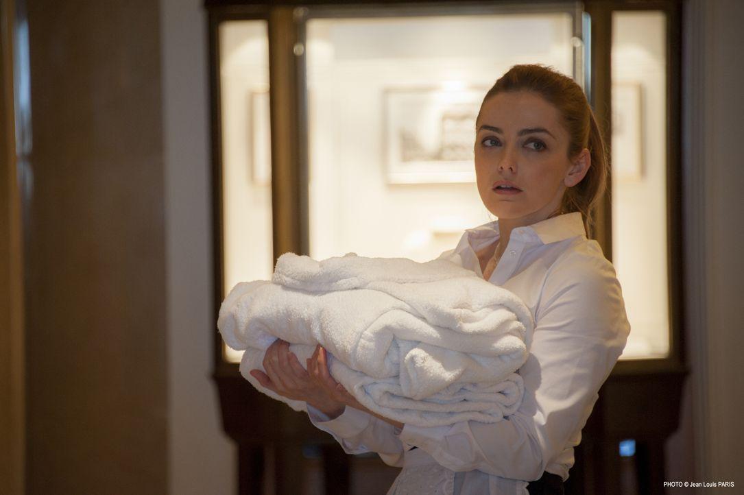 Das junge Zimmermädchen Nina Renoir (Juliette Wiatr) wird ermordet in einer Suite eines Luxushotels aufgefunden. Bernier und seine Ermittler decken... - Bildquelle: Jean Louis PARIS