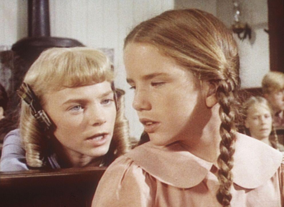 Wiederholt versucht Nellie (Alison Arngrim, l.), ihre Schulkollegin Laura (Melissa Gilbert, r.) zu demütigen. - Bildquelle: Worldvision