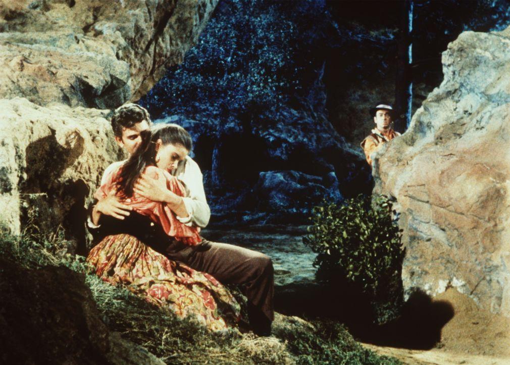 Der eifersüchtige Spiro (Arthur Batanides, r.) beobachtet Little Joe (Michael Landon, M.) und Tirza (Susan Harrison, l.). - Bildquelle: Paramount Pictures