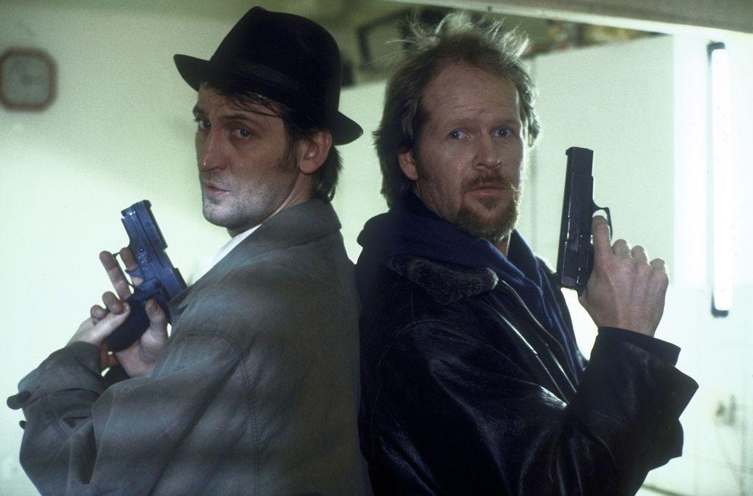 Ermittler im Einsatz: Frank (Ingo Naujoks, l.) und Gilbert (Guntbert Warns, r.). - Bildquelle: ProSieben