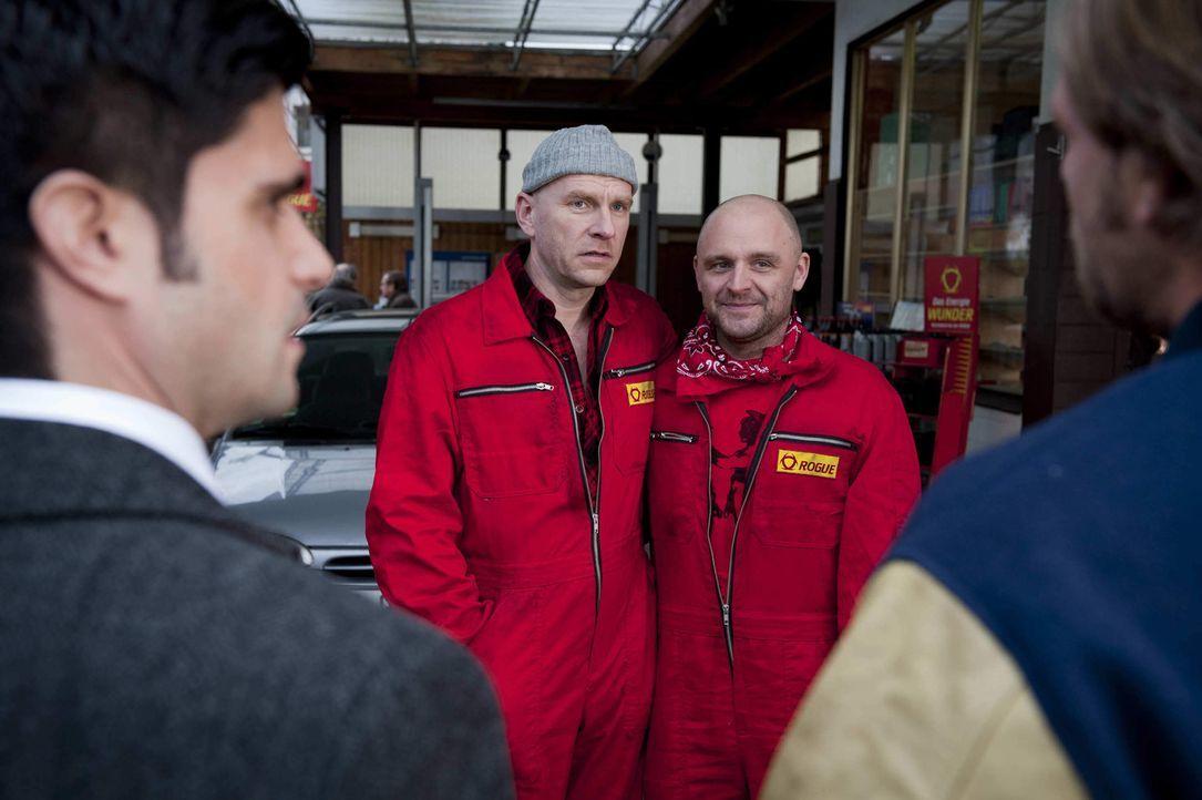 Tankstellenpächter Eberhard Hauptmann (Götz Schubert, 2.v.l.) wartet mit einer Überraschung für Mick (Henning Baum, r.) und Andreas (Maximilian Gril... - Bildquelle: Martin Rottenkolber SAT.1