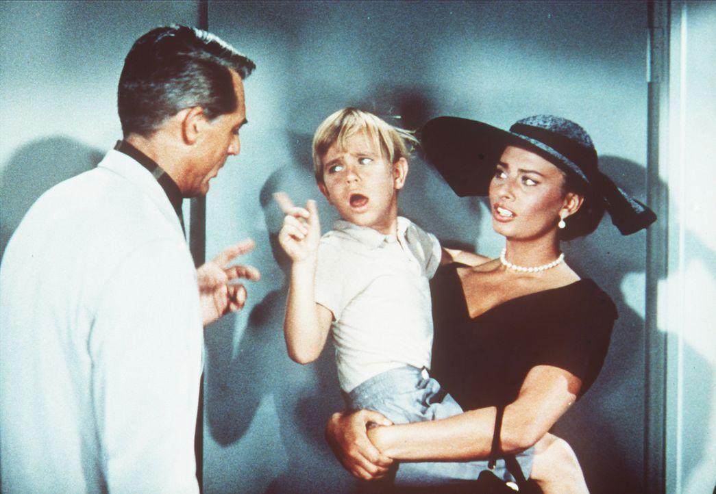 Cinzia (Sophia Loren, r.) bringt den ausgerissenen Robert (Charles Herbert, M.) zu seinem Vater Tom (Cary Grant, l.) zurück - und der stellt die hüb... - Bildquelle: Paramount Pictures
