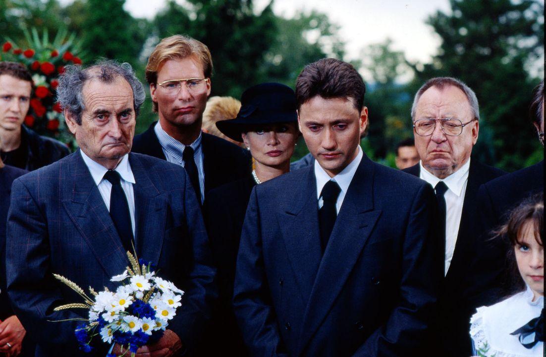 Die Betroffenheit über Corinnas Tod steht der Trauergemeinde deutlich ins Gesicht geschrieben: (v.l.n.r.) Albert Kampmann (Walter Schultheiß), Grego... - Bildquelle: Bernd Spauke Sat.1
