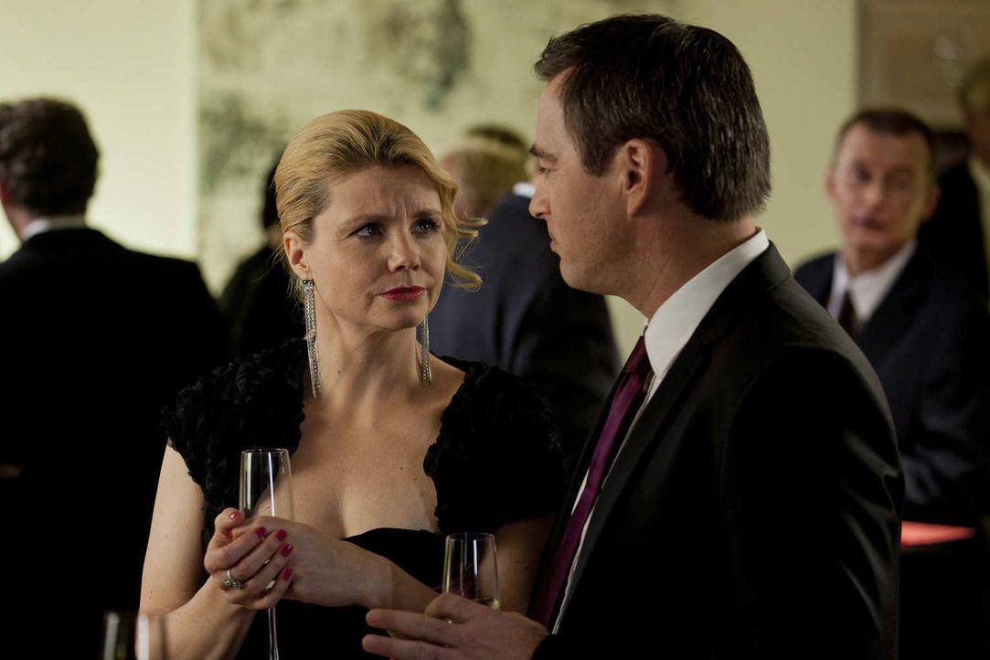 Danni (Annette Frier, l.) nimmt an einer Anwaltsparty bei Oliver Schmidt (Jan Sosniok, r.) teil, wo sie nach der Nachricht, dass Bea im Knast ist, d... - Bildquelle: Frank Dicks SAT.1