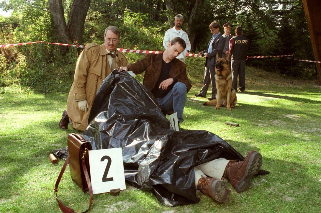 Dr. Leo Graf (Gerhard Zemann, l.) untersucht im Beisein von Kommissar Brandtner (Gedeon Burkhard, r.) eine Leiche. Brandtner zweifelt stark an Dr. G... - Bildquelle: Ali Schafler Sat.1