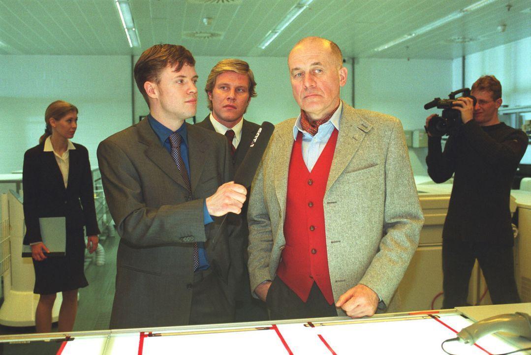 Der rechtsgerichtete Verleger Hildebrandt (Hanns Zischler, 2.v.r.) steht unter Verdacht, das Attentat auf Staatsanwalt Erhardt organisiert zu haben. - Bildquelle: Volker Roloff Sat.1