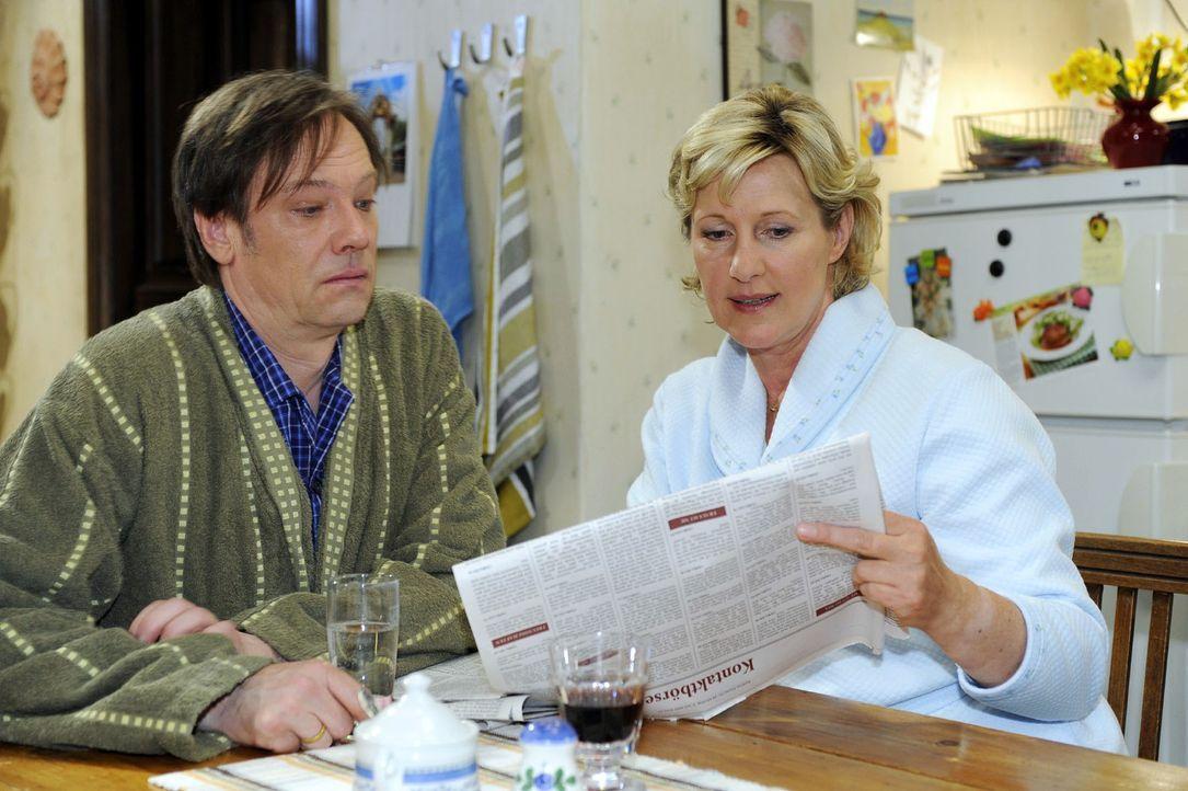 Susanne (Heike Jonca, r.) zeigt Armin (Rainer Will, l.) die Kontaktanzeige, die sie heimlich für Paloma geschaltet hat. - Bildquelle: Oliver Ziebe Sat.1
