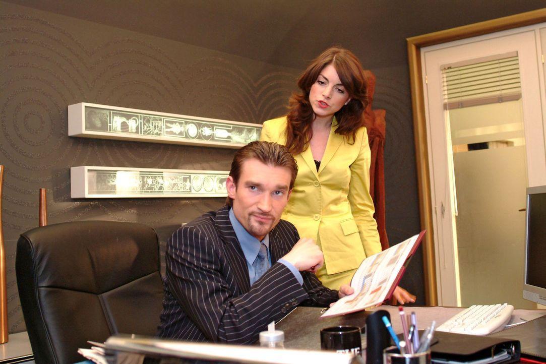 Mariella (Bianca Hein, r.) wirft Richard (Karim Köster, l.) vor, sich mit unlauteren Methoden den Firmenvorsitz erschlichen zu haben. Doch Richard l... - Bildquelle: Monika Schürle Sat.1