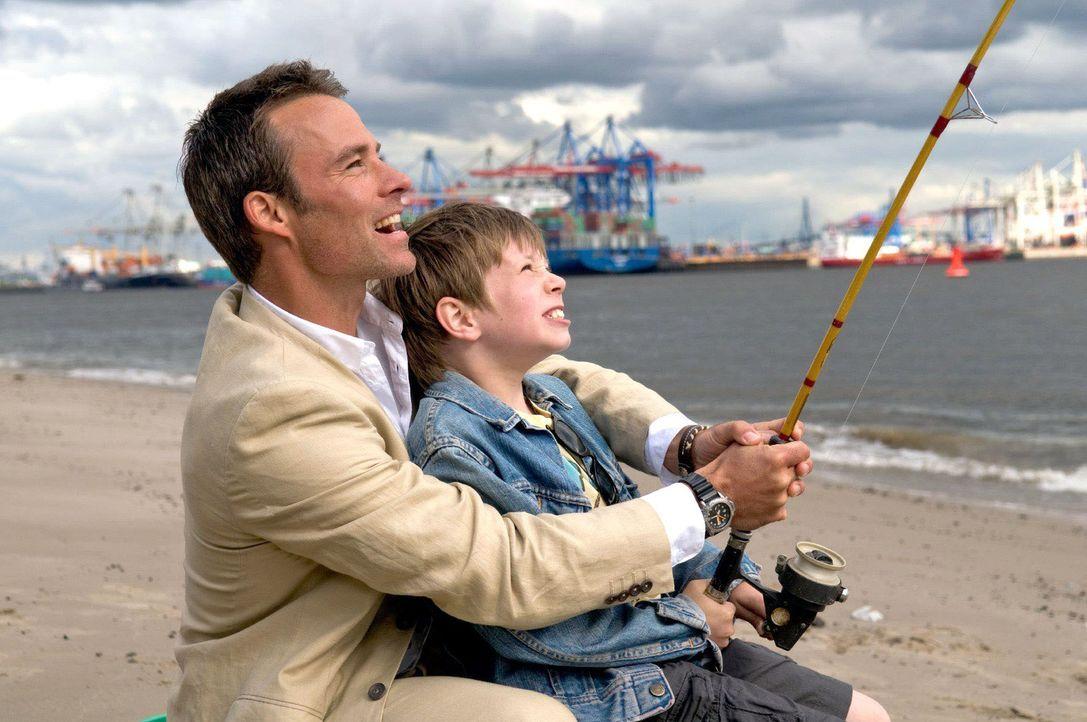 Nick (Marco Girnth, l.) hilft Lasse (Lukas Schust, r.), als bei ihm ein schwerer Fisch anbeißt. - Bildquelle: Stefan Erhard Sat.1