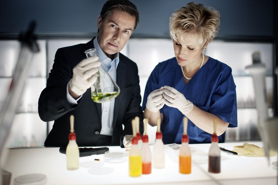 Aufklärungsarbeit in der Gerichtsmedizin: Dr. Saskia Guddat (r.) und Ulrich Meyer (l.) ... - Bildquelle: Arne Weychardt SAT.1