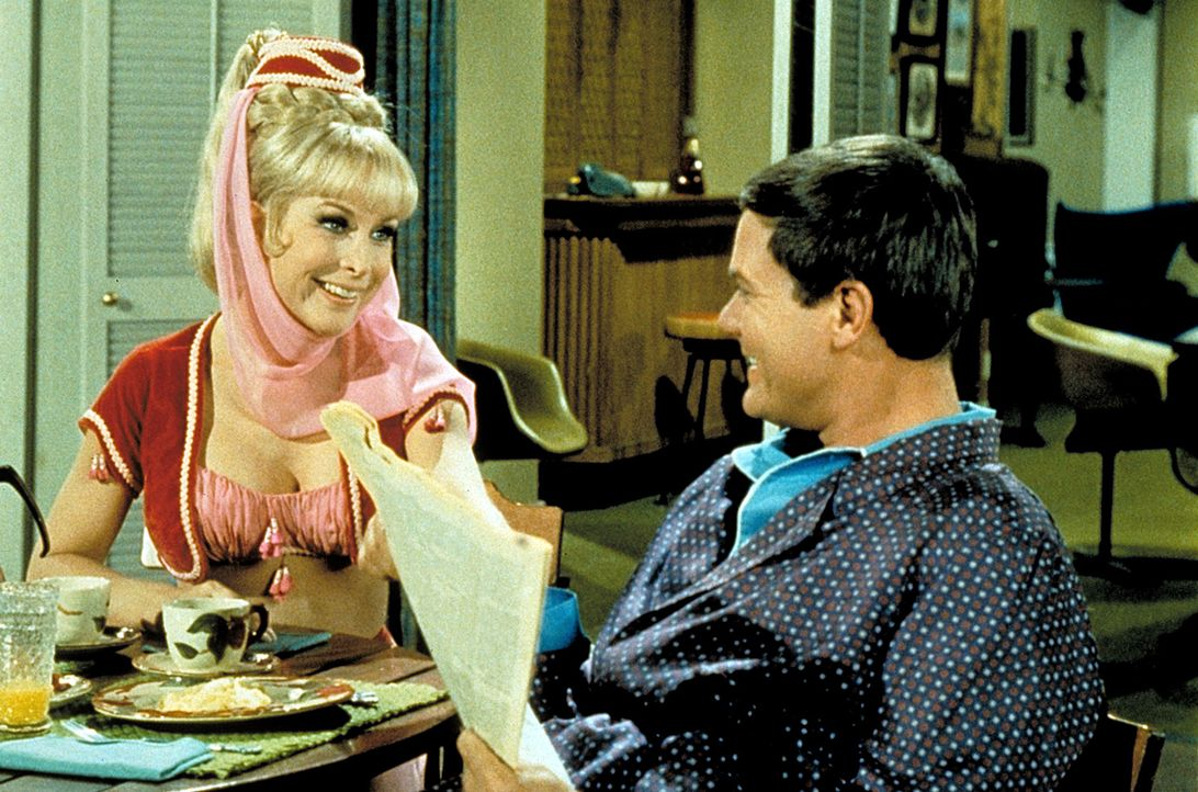 Jeannie (Barbara Eden, l.) möchte, dass ihr Meister Tony (Larry Hagman, r.) der neue Gouverneur von Florida wird. Denn als Gattin eines einflussreic... - Bildquelle: Columbia Pictures