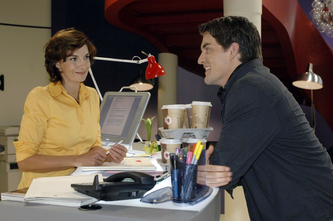 Lars (Alexander Klaws, r.) staunt nicht schlecht, als er erfährt, dass seine Mutter Steffi (Karin Kienzer, l.) ein Date hat. - Bildquelle: Oliver Ziebe Sat.1