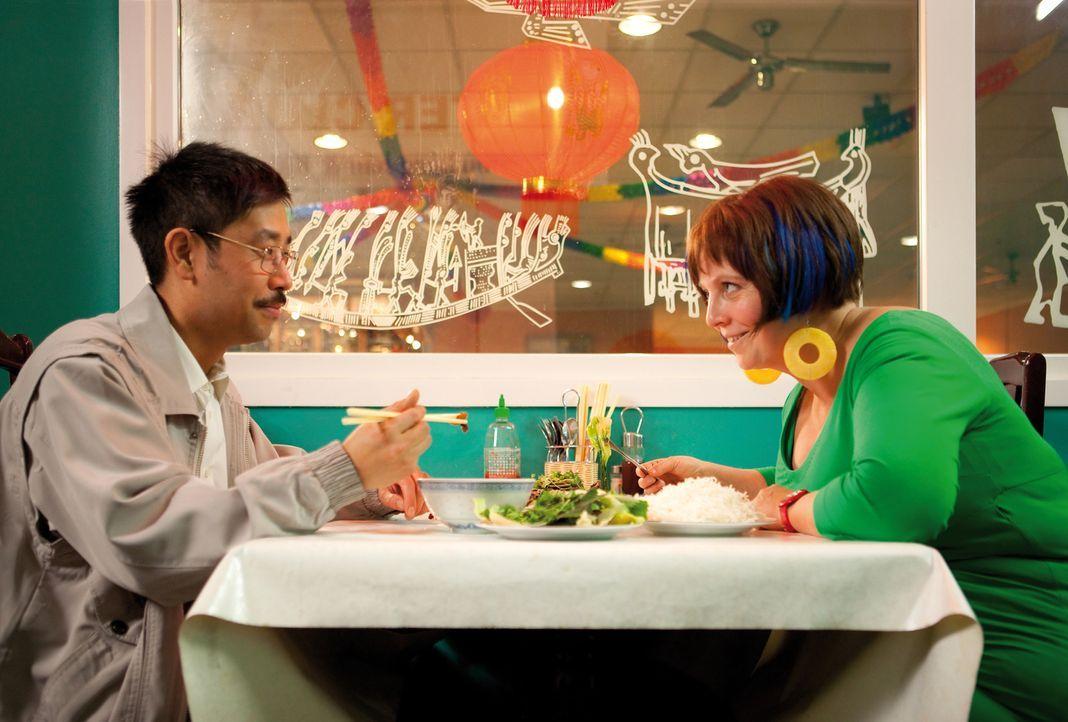 Dank Tien (III-Young Kim, l.) lernt Kathi (Gabriela Maria Schmeide, r.) eine ganz neue Kultur kennen und gleichzeitig, was es heißt, ständig Angst v... - Bildquelle: Constantin Film