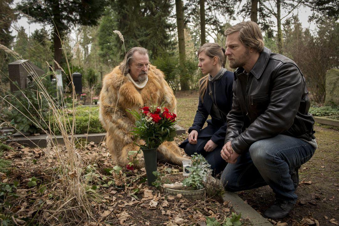 Als sich (v.l.n.r.) Erwin (Paul Faßnacht), Isa (Luise Risch) und Mick (Henning Baum) am Friedhof treffen, ahnen sie noch nicht, dass die Polizei dor... - Bildquelle: Martin Rottenkolber SAT.1 / Martin Rottenkolber