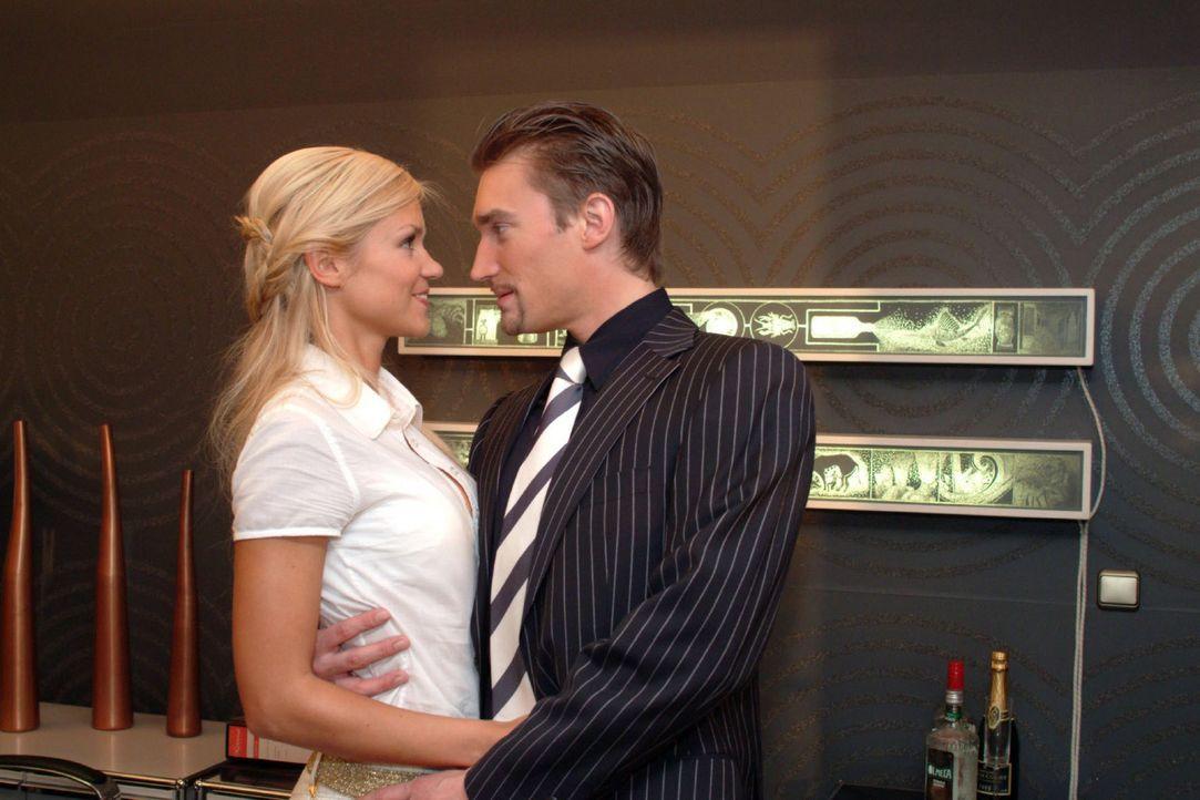 Sabrina (Nina-Friederike Gnädig, l.) tröstet den zerknirschten Richard (Karim Köster, r.). Richard macht sich kaum noch Hoffnungen, dass er Geschäft... - Bildquelle: Monika Schürle Sat.1