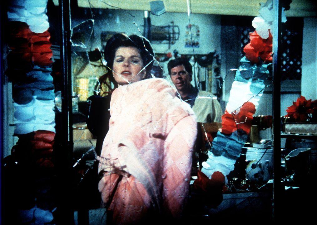 Ike (Joe Conley, r.) und Corabeth (Ronnie Claire Edwards, l.) sind entsetzt: Jemand hat in ihrem Laden eine Scheibe eingeschlagen. - Bildquelle: WARNER BROS. INTERNATIONAL TELEVISION