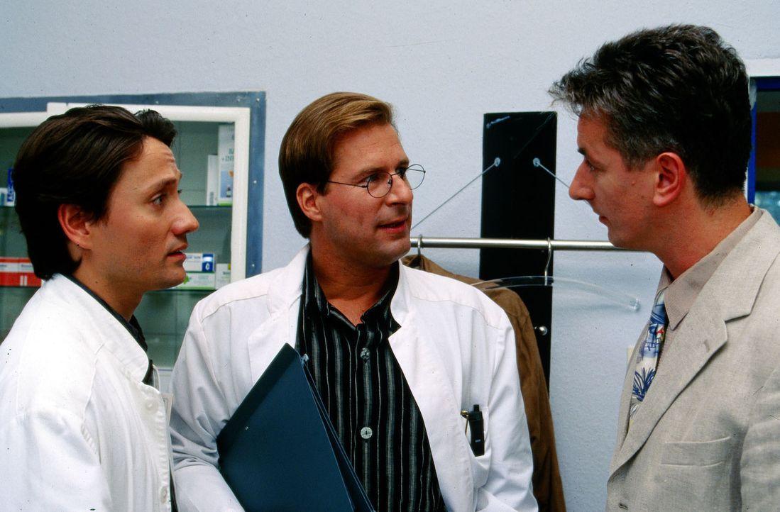 Dr. Kampmann (Ulrich Reinthaller, l.) und Dr. Lüders (Ralf Lindermann, M.) führen eine ernste Unterhaltung mit Herrn Görtz (Werner Trischler, r.). - Bildquelle: Krajewsky Sat.1
