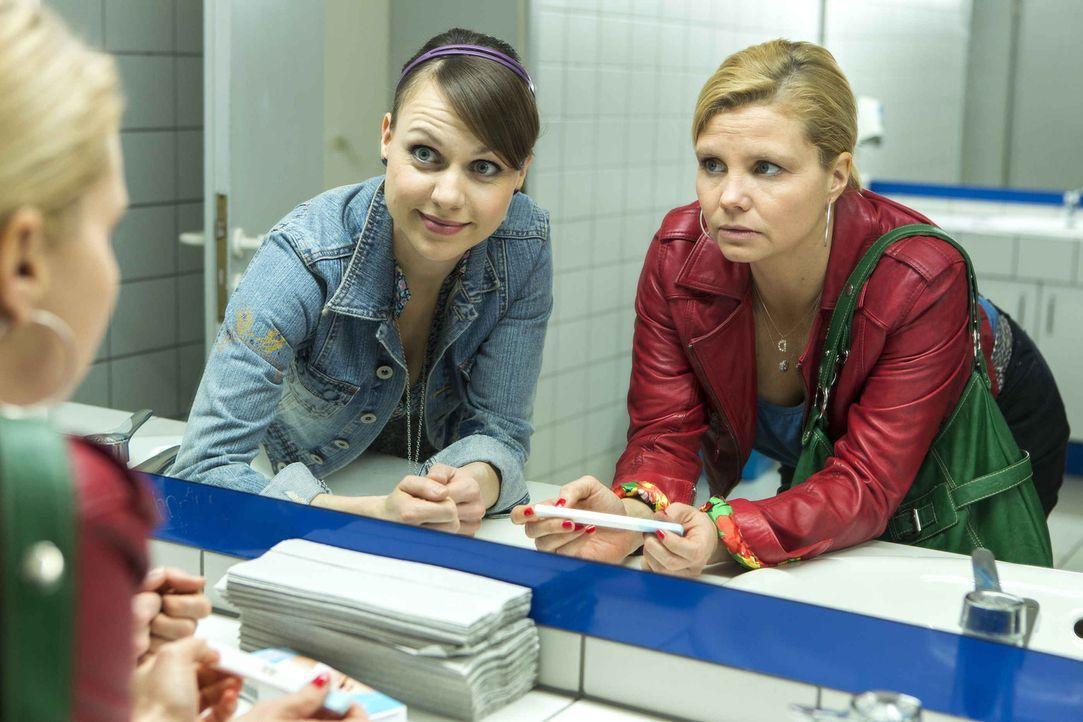 Stehen vor einem Problem: Danni (Annette Frier, r.) und Bea (Nadja Becker, l.) ... - Bildquelle: Frank Dicks SAT.1