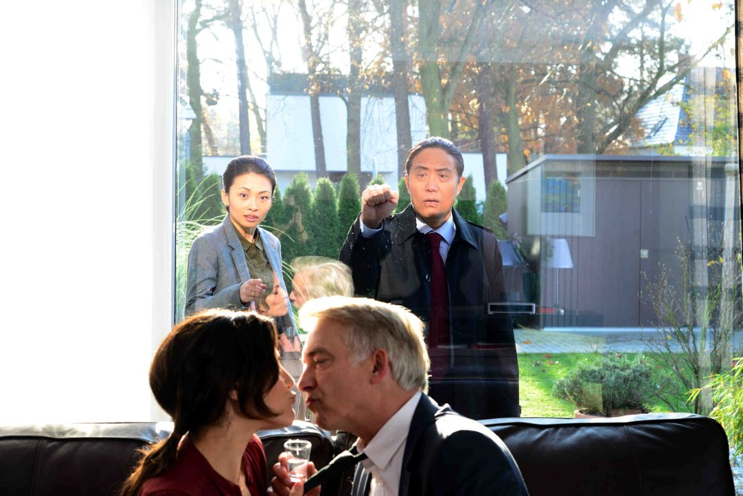 Zwischen den Brückers, Lisa (Bettina Zimmermann, l.) und Michael (Christoph M. Ohrt, 2.v.r.), und den Wangs, Wang Hua (Fang Yu, 2.v.r.) und Li (Lind... - Bildquelle: Christiane Pausch SAT.1 / Christiane Pausch
