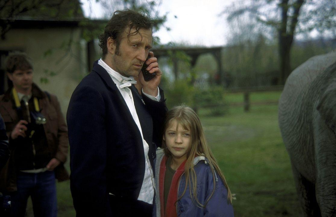 Gemeinsam beschließen Anna (Nadine Fano, r.) und ihr Vater Lennard (Peter Lohmeyer, l.), den unglücklichen Elefanten zu seinen Eltern zu bringen ... - Bildquelle: Leslie Haslam ProSieben