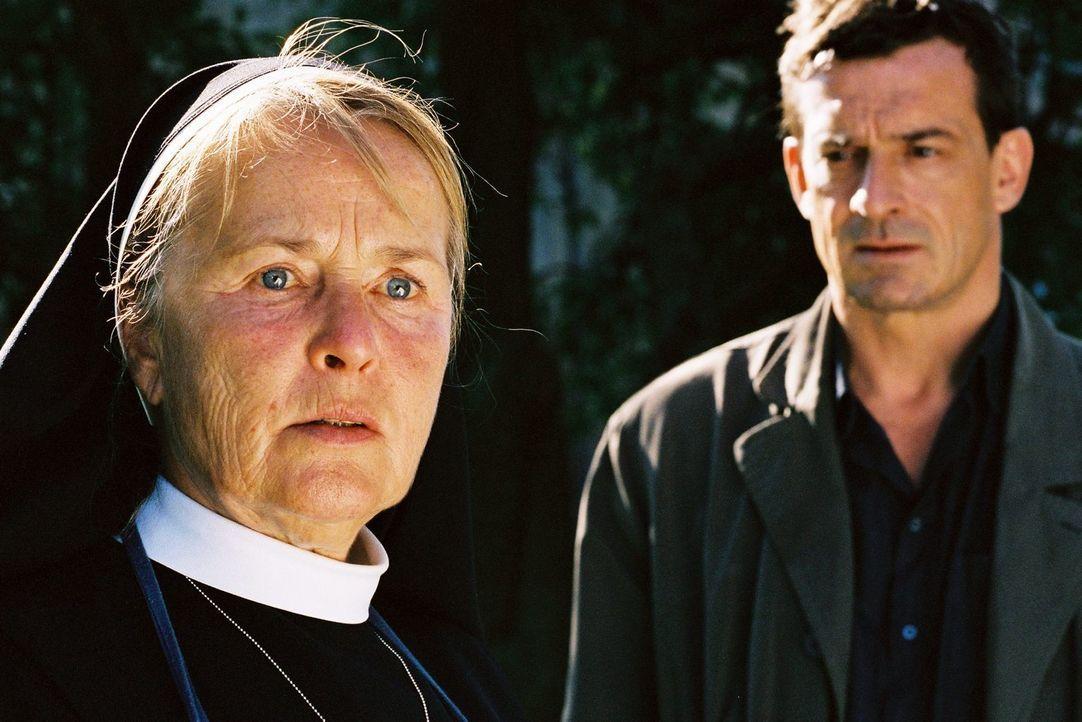 """Agathe (Petra Kelling, l.) erzählt Steiner (Thomas Sarbacher, r.) von einem Mann, den sie als Kind """"Quasimodo"""" nannten ... - Bildquelle: Tom Trambow Sat.1"""