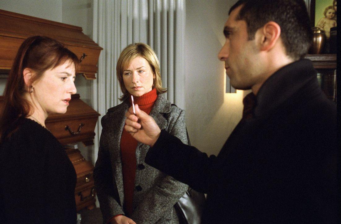 Eva Blond (Corinna Harfouch, M.) und Alyans (Erdal Yildiz, r.) befragen Luzie Feinstein (Ulrike Krumbiegel, l.) nach ihrem Mann, der verschwunden ist. - Bildquelle: Volker Roloff Sat.1