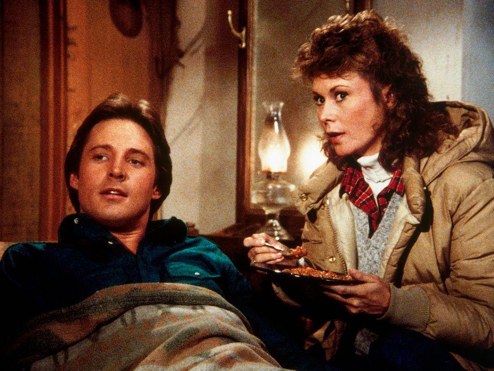 Ein spartanisches Weihnachts-Diner. Amanda (Kate Jackson, r.) füttert den verletzten Lee (Bruce Boxleitner, l.) mit Bohneneintopf. - Bildquelle: CBS Television