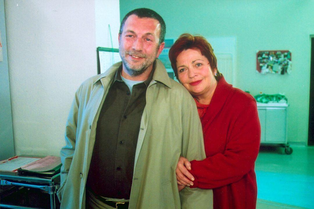 Klara (Walfriede Schmitt, r.) hat sich endlich entschlossen, mit Laszlo (Michele Oliveri, l.) zu verreisen. - Bildquelle: Noreen Flynn Sat.1