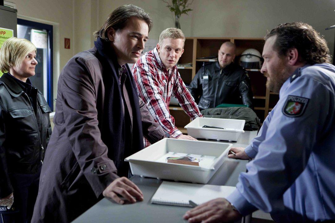 Wegen einer Auseinadersetzung im Kampf um Danni, werden Oliver (Jan Sosniok, 2.v.l.) und Sven (Sebastian Bezzel, M.) festgenommen und müssen aufs Po... - Bildquelle: Frank Dicks SAT.1