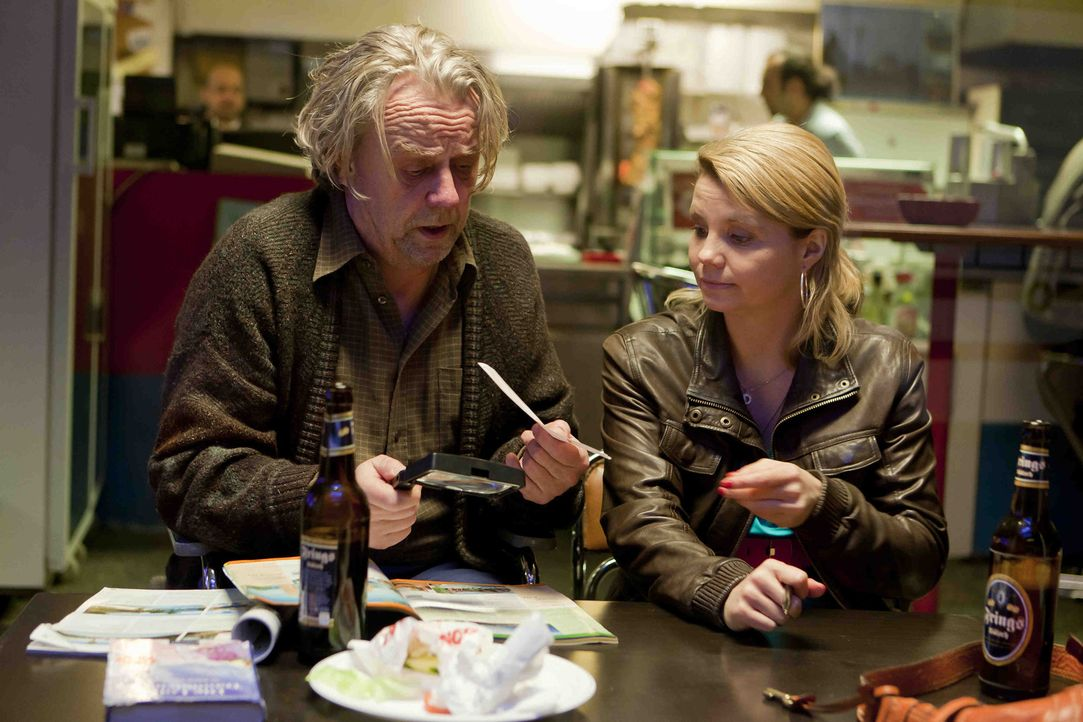 Nachdem Danni (Annette Frier, r.) einen Fall verloren hat, erwartet sie und Kurt (Axel Siefer, l.) Schreckliches .. - Bildquelle: Frank Dicks SAT.1