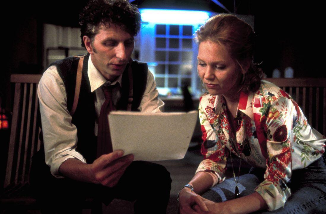 Gemeinsam versuchen Christine (Antje Schmidt, r.) und der junge Kriminaler Thomas Kast (Rufus Beck, l.) das Geheimnis von Christines Herkunft zu lös... - Bildquelle: Helmut Röttgen ProSieben