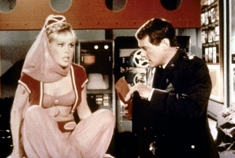 Jeannie (Barbara Eden, l.) hat Mitleid mit ihrem Meister (Larry Hagman, r.) und zaubert ihm ein orientalisches Dorf auf die Insel. - Bildquelle: Columbia Pictures