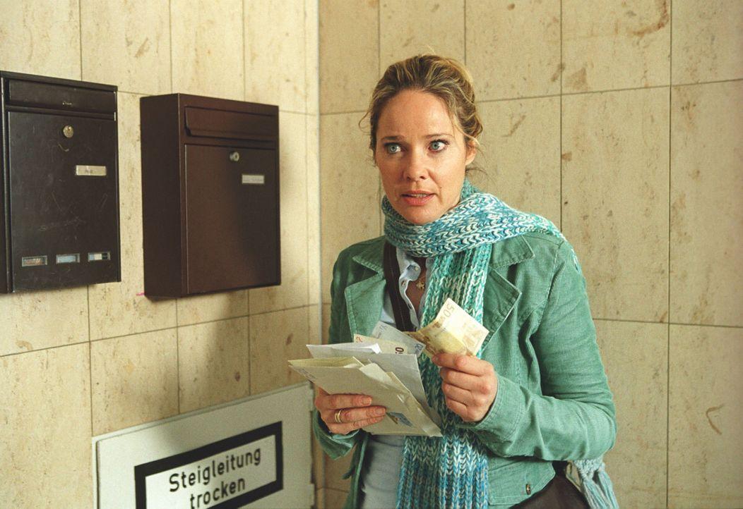 """Bin ich jetzt eine richtige Betrügerin? Mit schlechtem Gewissen nimmt Therese (Ann-Kathrin Kramer) alias """"Anne Wupper"""" das erste erschwindelte Geld... - Bildquelle: Astrid Wirth Sat.1"""