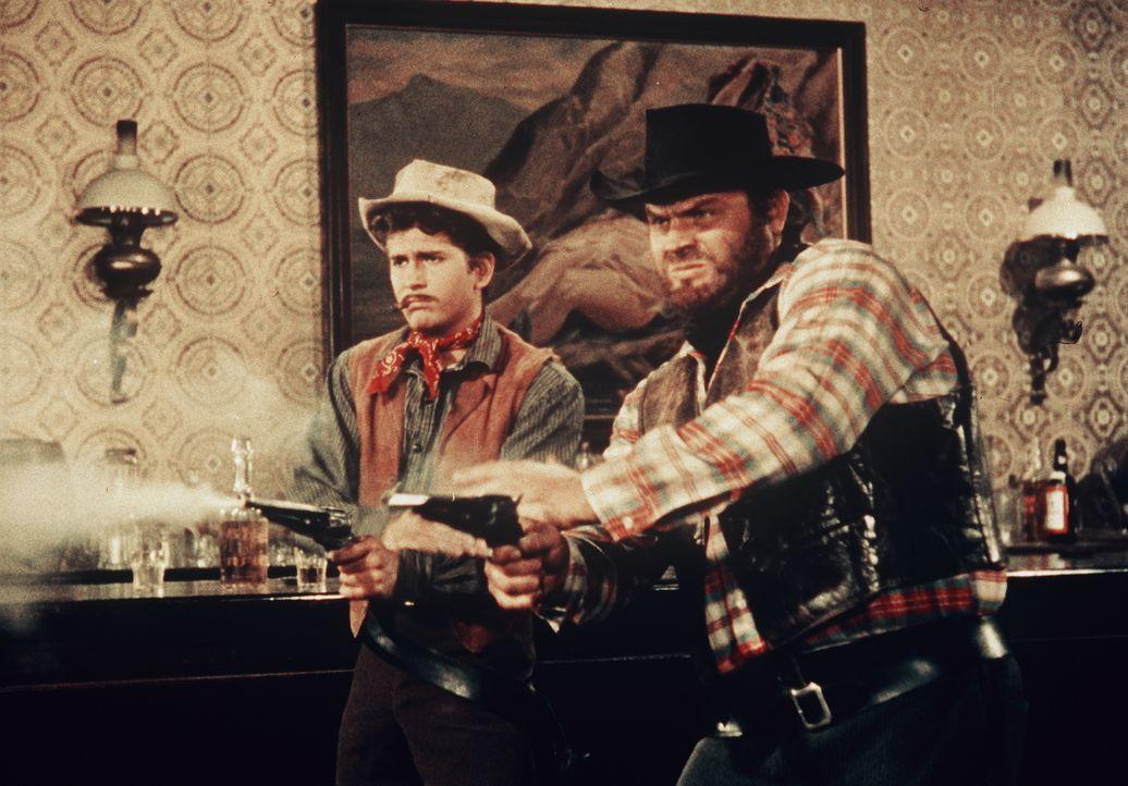 """Die beiden Revolverhelden """"Little Joe"""" Cartwright (Michael Landon, l.) und Hoss Cartwright (Dan Blocker, r.) stellen bei einer Schießerei im Saloon... - Bildquelle: Paramount Pictures"""