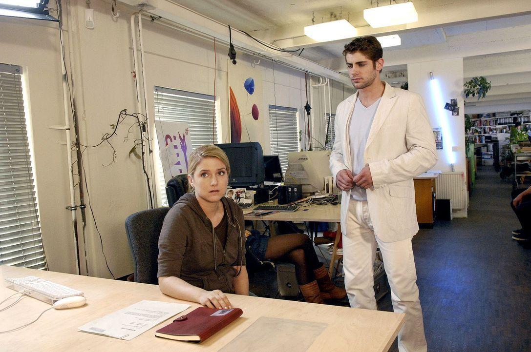 Anna (Jeanette Biedermann, l.) lässt sich von Jonas (Roy Peter Link, r.) überzeugen, zu Broda & Broda zurückzukehren. - Bildquelle: Claudius Pflug