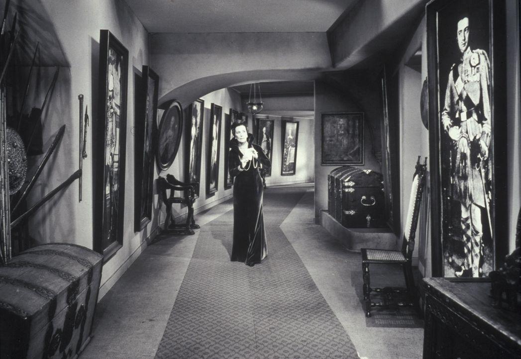 Lady Mororn (Lil Dagover) schleicht Nachts, als sie seltsame Geräusche hört, durchs Haus ... - Bildquelle: Constantin Film