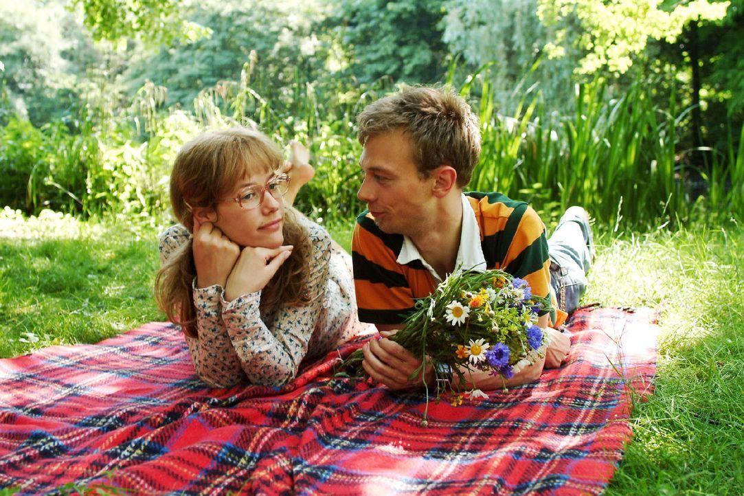 Eigentlich sind sie doch das perfekte Paar. Lisa (Alexandra Neldel, l.) versucht in Jürgen (Oliver Bokern, r.) mehr als nur einen Freund zu sehen ..... - Bildquelle: Monika Schürle Sat.1