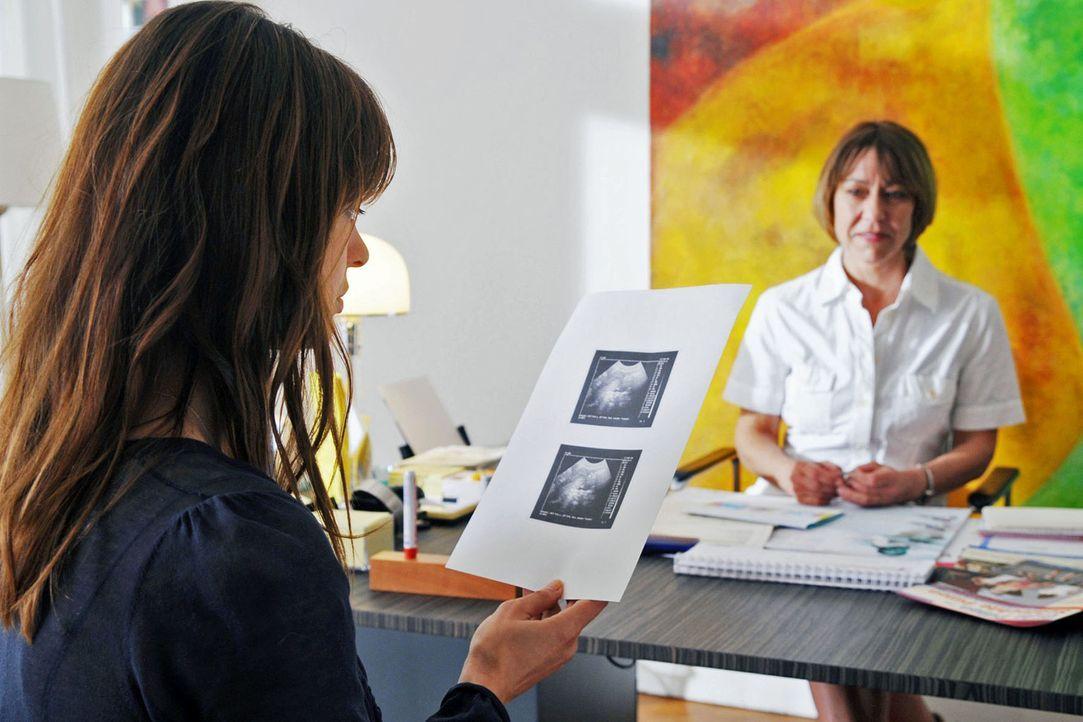 Karen (Suzan Anbeh, l.) dachte eigentlich, dass sie gar nicht schwanger werden kann. Aber der Ultraschall sagt etwas anderes. Karen weiß nur nicht,... - Bildquelle: Aki Pfeiffer Sat.1