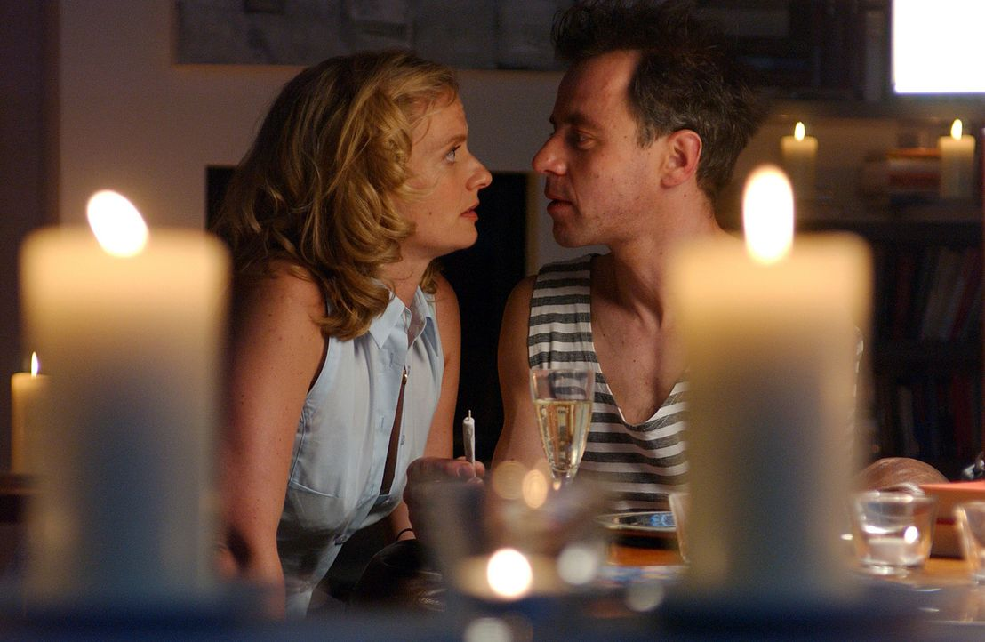 Auch nach 17 Jahren Ehe und einem harten Scheidungskampf erliegt Julie (Gunda Ebert, l.) erneut dem Charme ihres stark verjüngten Mannes (Felix Eitn... - Bildquelle: Elke Werner ProSieben