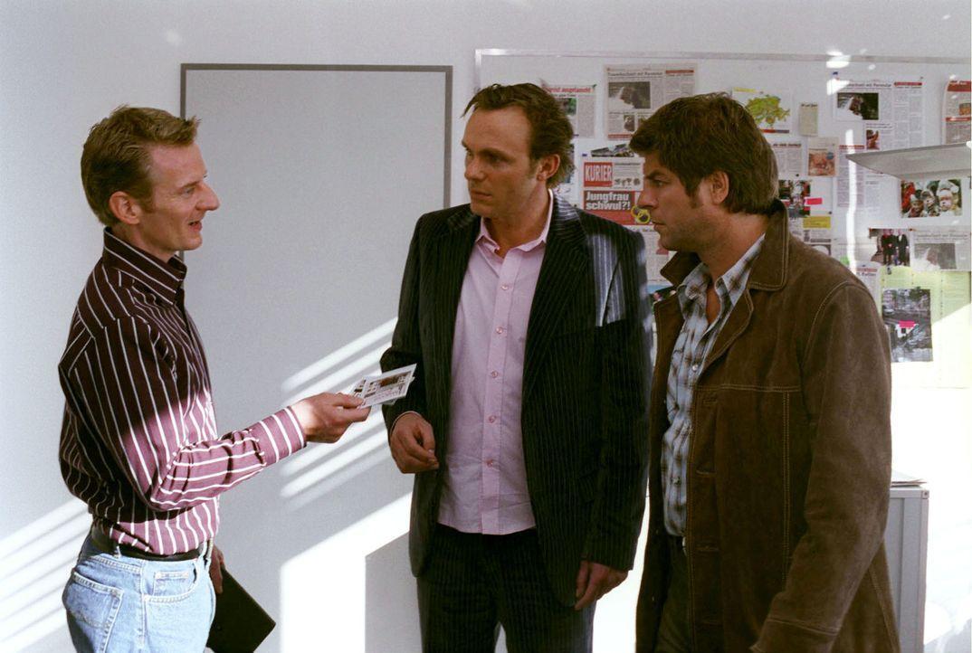 Jupp (Uwe Fellensiek, r.) und Falk (Dirk Martens, M.) versuchen zu erfahren, wer dem ehrgeizigen Klatschreporter Behrens (Michael Kessler, l.) die G... - Bildquelle: Thekla Ehling Sat.1