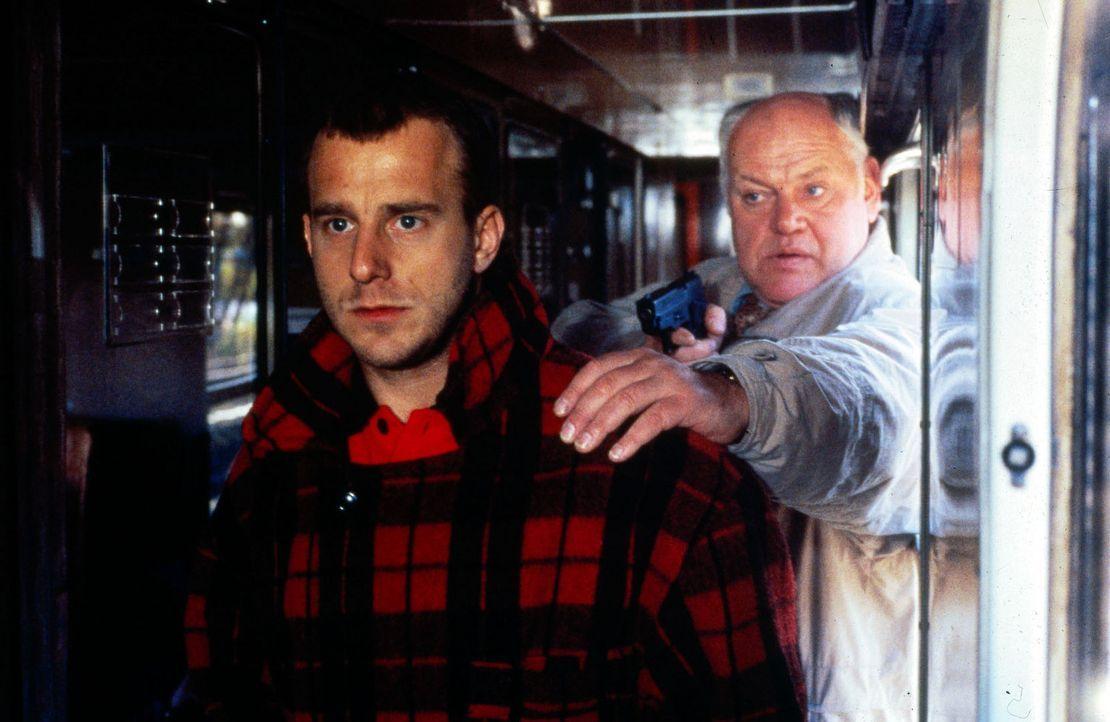 Kommissar Sawatzki (Klaus Pönitz, r.) kann den Einbrecher Franz Opitz (Heino Ferch, l.) an seiner Flucht aus dem Zug hindern. Bei einem Einbruch, a... - Bildquelle: Alfred Raschke Sat.1