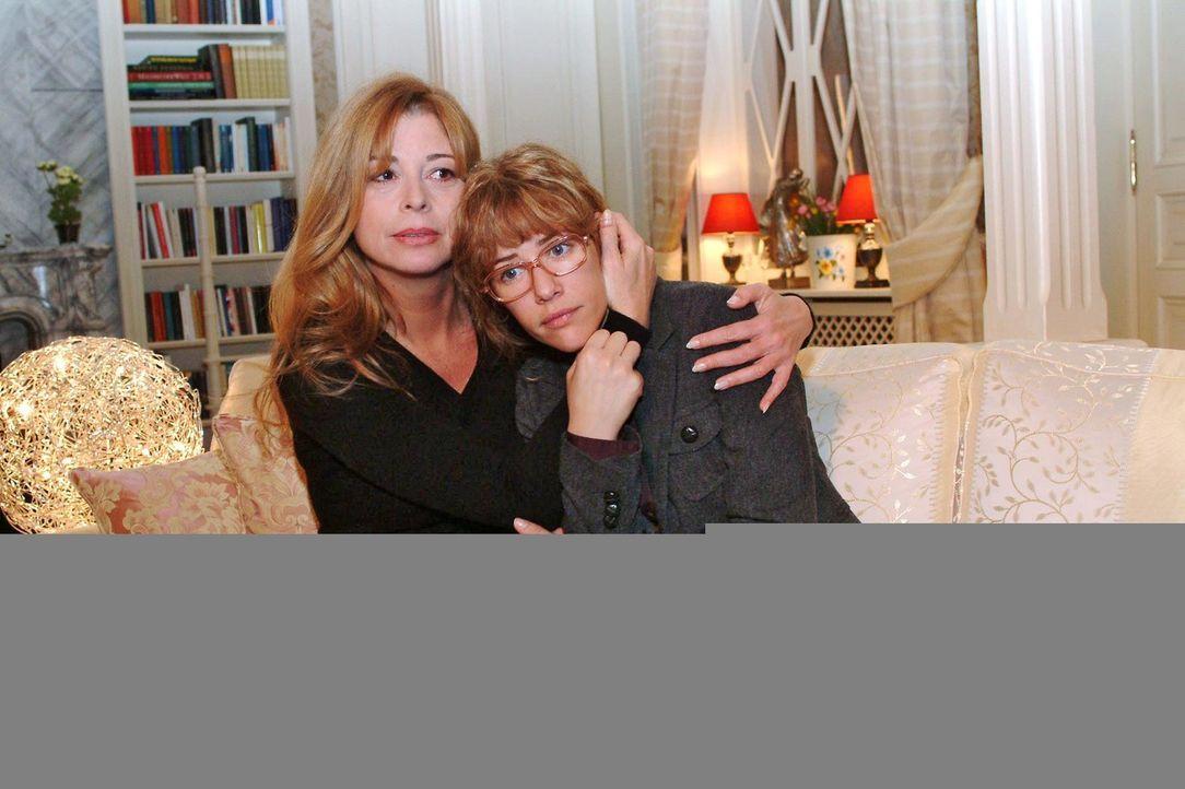 Lisa (Alexandra Neldel, r.) hat Albträume wegen David und wird von Laura (Olivia Pascal, l.) getröstet. (Dieses Foto von Alexandra Neldel darf nur i... - Bildquelle: Monika Schürle Sat.1